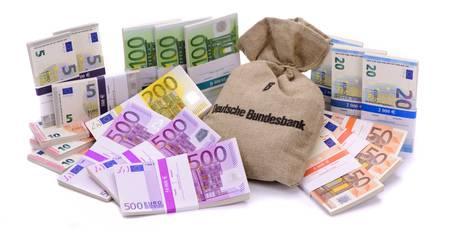 60721027-beaucoup-de-billets-en-euros-que-le-groupe-avec-sac-de-banque-allemand-pose-sur-la-table